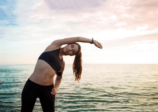 Картина молодая красивая женщина фитнес делает спортивные упражнения