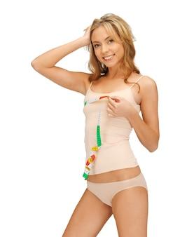 그녀의 가슴을 측정하는 젊은 아름다운 여성의 사진