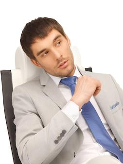 의자에 앉아 있는 젊은 사업가 사진