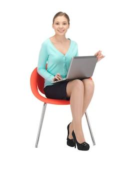 Картина молодой предприниматель, сидя в кресле с ноутбуком