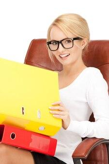 Картина молодой предприниматель с папками, сидя в кресле