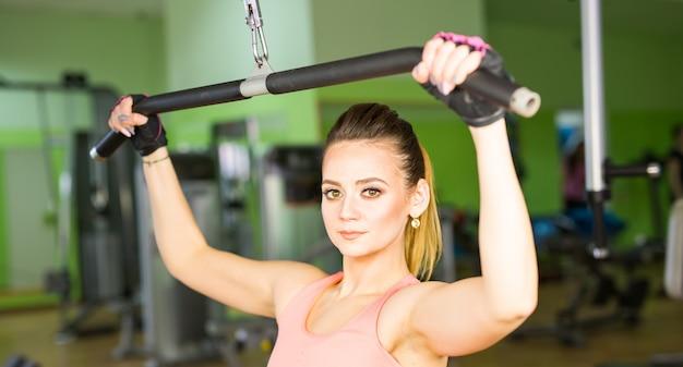 체육관에서 젊은 여자 만들기 운동의 그림