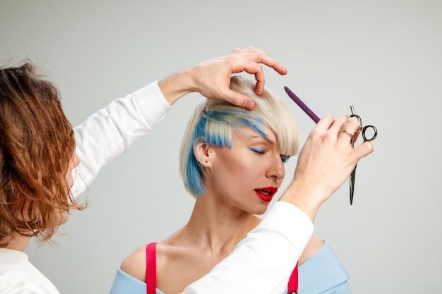 美容院で大人の女性を示す写真。