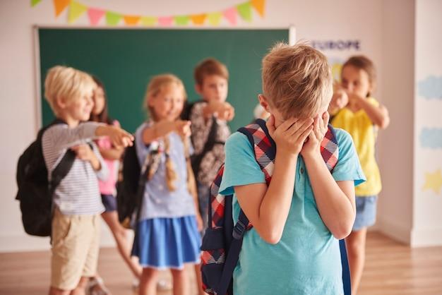 학교에서의 아동 폭력을 보여주는 사진