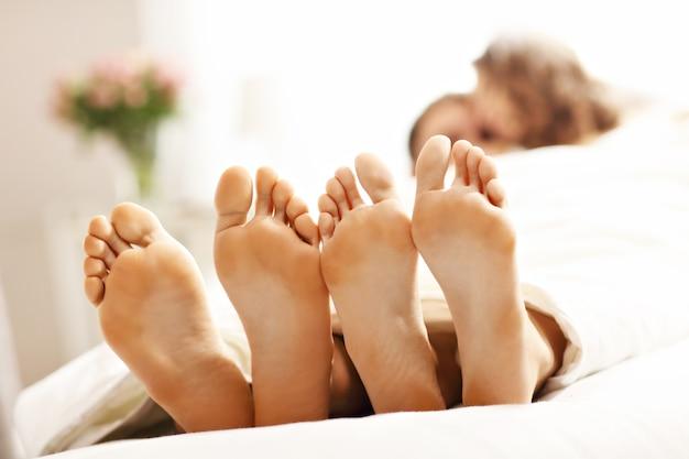 Фотография, показывающая счастливая пара отдыхает в спальне