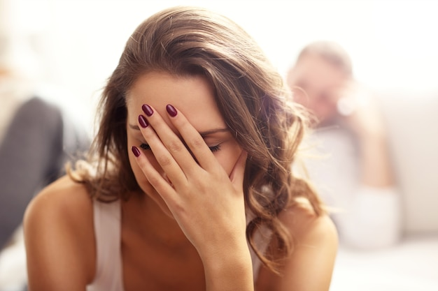 Фотография, показывающая молодой женщине и ее мужчине с проблемой в спальне