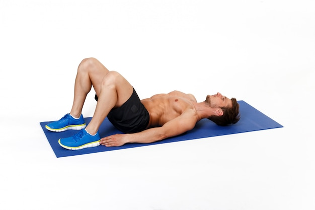 매트에 복근 운동을하는 운동 선수, 강하고, 적합하고, 근육질의 젊은 남자와 그림