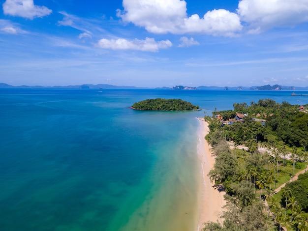 코로나 바이러스 전염병 동안 태국의 유명 해변에서 드론으로 찍은 사진