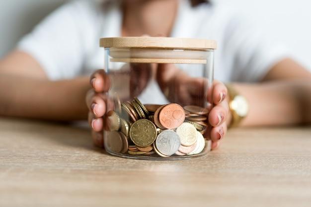 手の写真と机の上のビジネスマンのお金。コピースペースでアイデアを保存する。