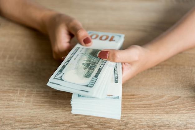 手の写真と机の上のビジネスマンのお金。