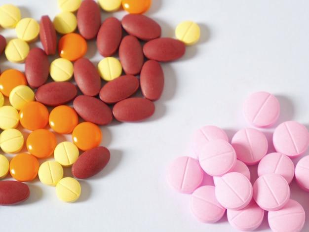 白い背景の上の丸薬の写真