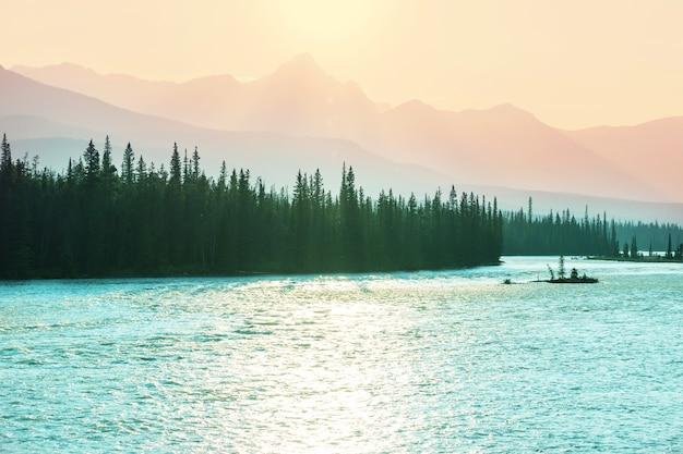 Живописные канадские горы летом