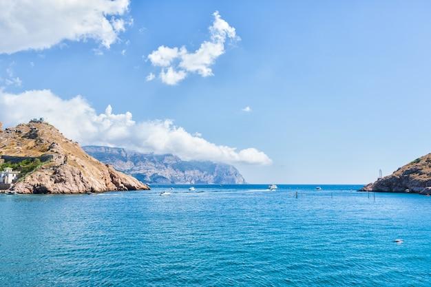 Живописное побережье черного моря. крым россия лето