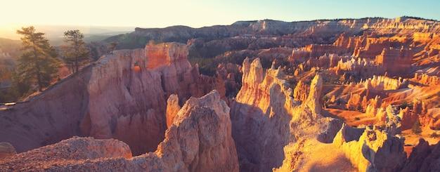 アメリカ合衆国、ユタ州のブライスキャニオン国立公園の絵のように美しいカラフルなピンクの岩