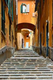 계단이 있는 그림 같은 제노바 오래된 오르막 거리, 제노바(제노바), 이탈리아