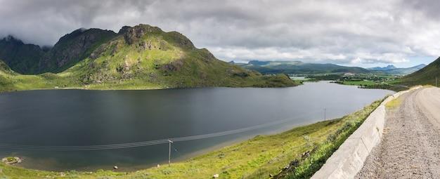 그림 같은 푸른 언덕과 도로를 따라 호수, lofoten 군도, 노르웨이