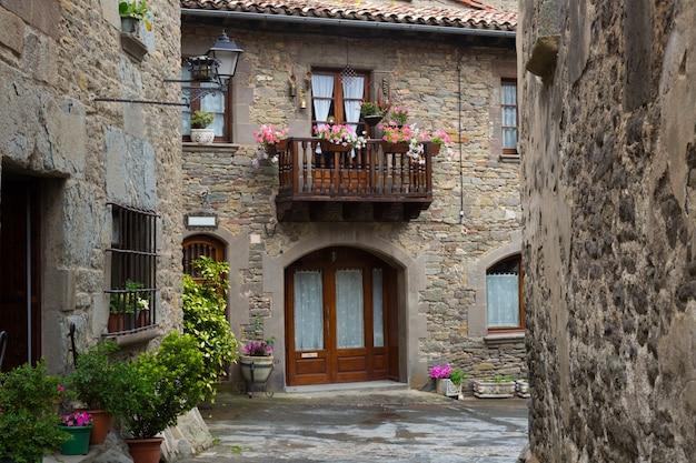 Живописные дома в старой каталонской деревне