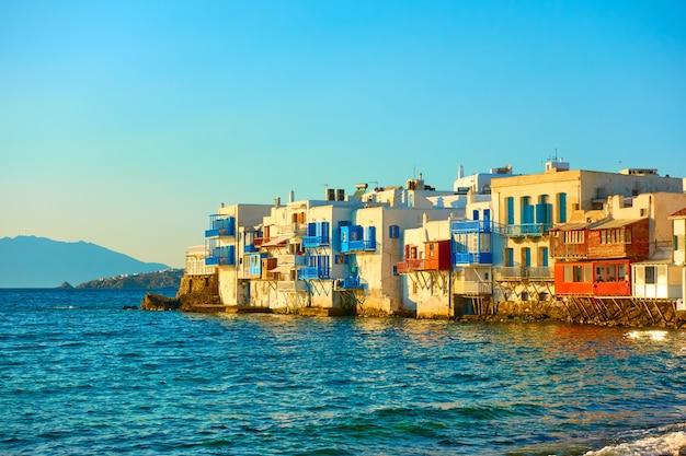 그리스 키클라데스(cyclades) 일몰 시 미코노스 섬(mykonos island)에 있는 그림 같은 리틀 베니스(little venice) 주택