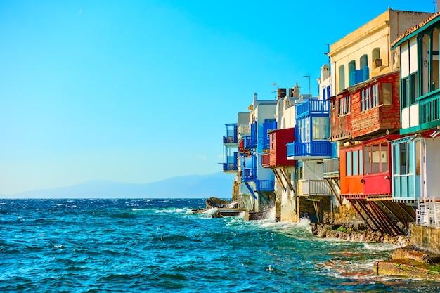 그리스 키클라데스 미코노스 섬에 있는 그림 같은 리틀 베니스(little venice) 주택. 나만의 텍스트를 위한 공간