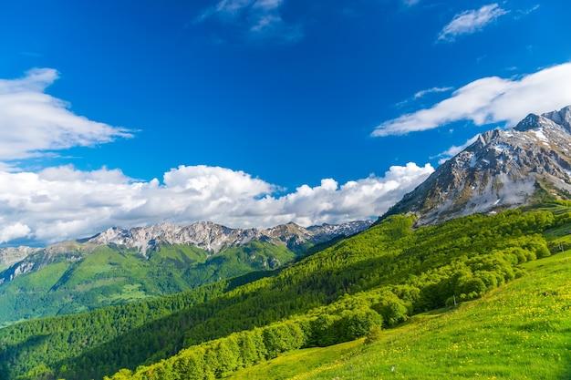 絵のように美しいコモビ山脈はモンテネグロの東にあります。