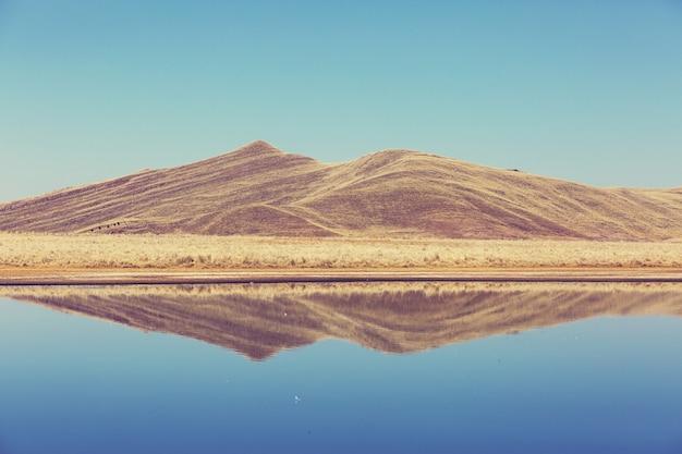 ペルーのアンデスの美しい湖