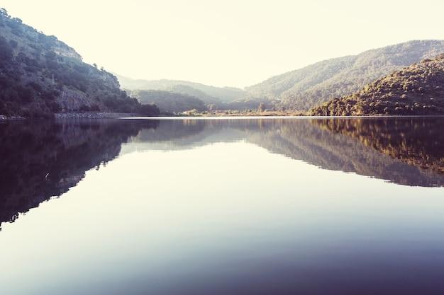 穏やかな水と絵のように美しい湖。
