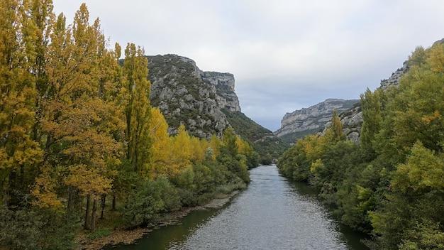 산과 나무로 둘러싸인에 브로 강의 그림 같은 풍경