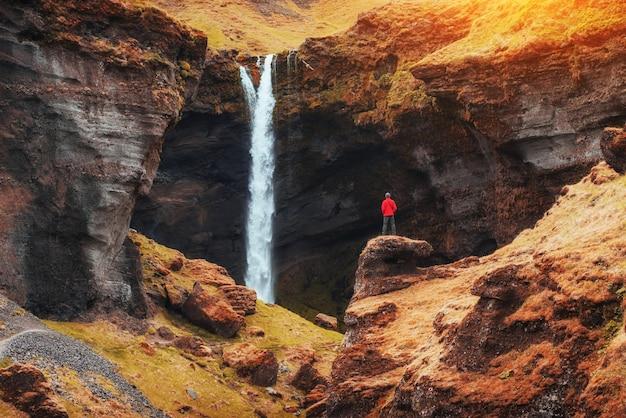 山と滝の美しい風景