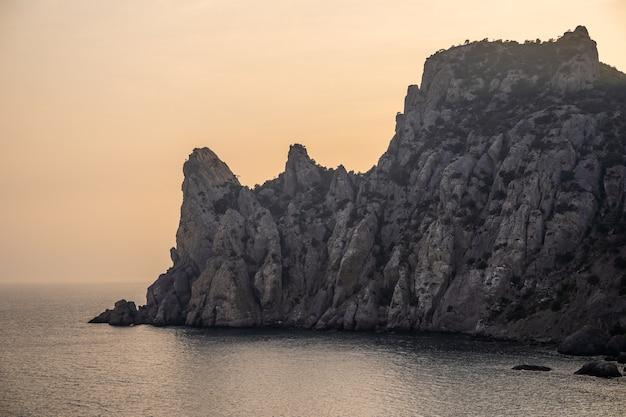 海岸の美しい風景。岩や崖の壮大な景色。極東ロシア、ベーリング海