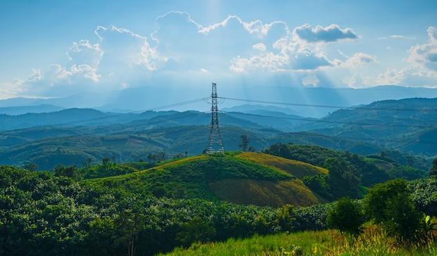 Живописный пейзаж, опора линии электропередачи в гористой местности