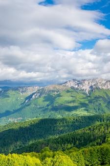 コモビの山々の美しい風景。モンテネグロ。
