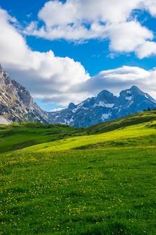 Живописные пейзажи в горах комови. черногория.
