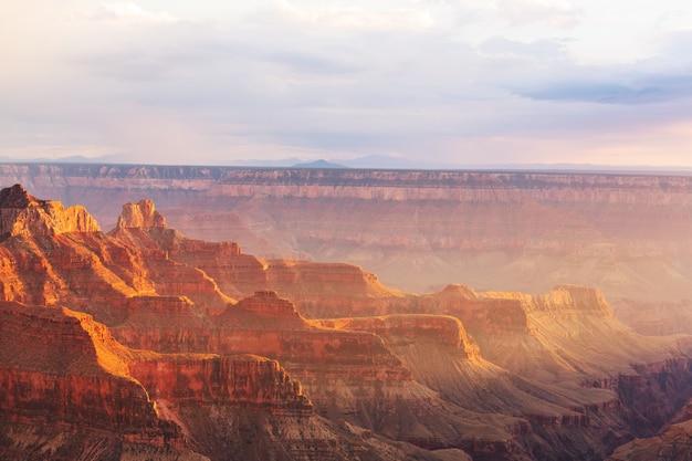 米国アリゾナ州グランドキャニオンの美しい風景。美しい自然の背景。