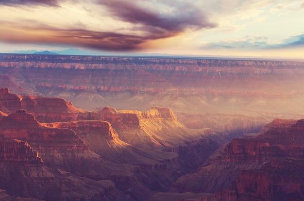 그랜드 캐년, 애리조나, 미국의 그림 같은 풍경. 여행 일몰 자유