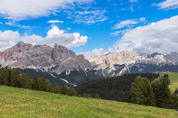 Живописный луг в итальянских доломитах. трентино-альто-адидже