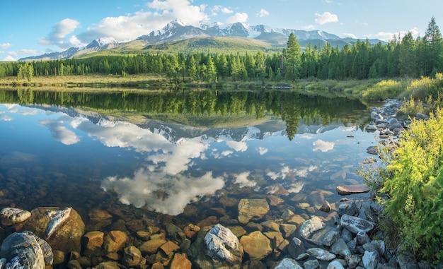 Живописное горное озеро летним утром на алтае