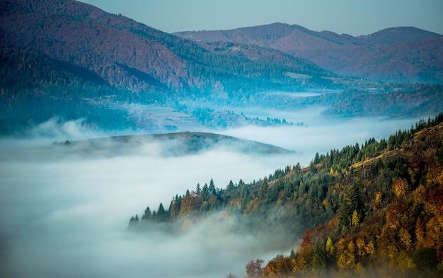 絵のように美しい山の谷と青い空
