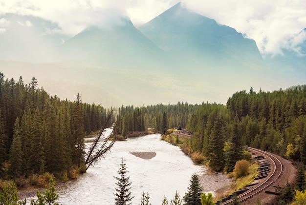 夏のカナディアンロッキーの美しい山の景色