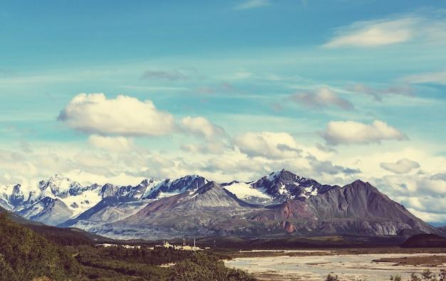 夏のアラスカの絵のように美しい山々。雪に覆われた山塊、氷河、岩山。