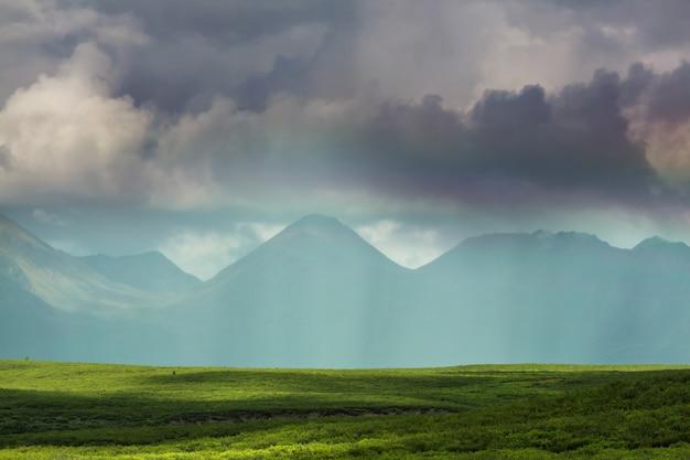 アラスカの美しい山々。 s