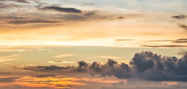 夕方の空の絵のように色とりどりの雲。日の出の間の明るい雲。パノラマ_