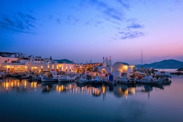 夜のパロス島ギリシャの美しいナウサの町