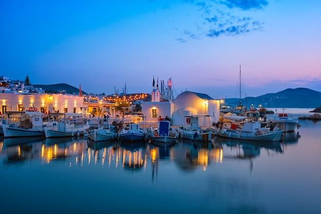 밤에 파로스 섬 그리스에 그림 같은 나우 사 마을