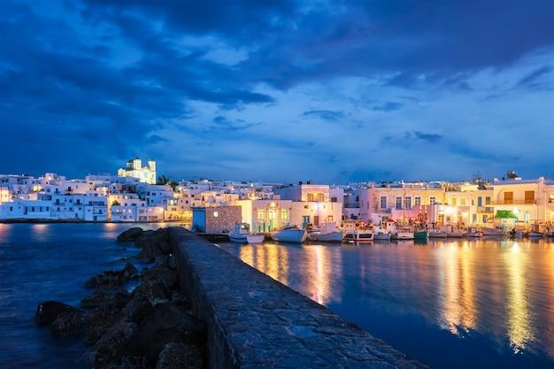 夜のパロス島ギリシャの絵のように美しいナウサの町