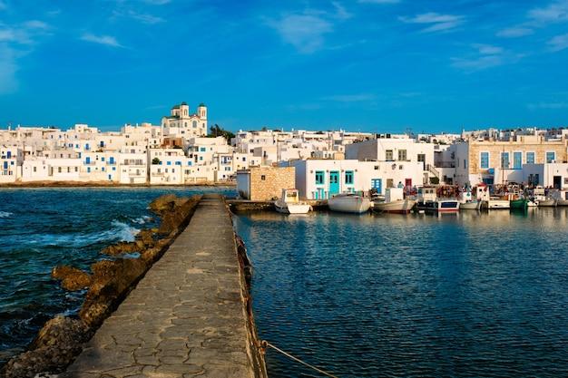Живописный город науса на острове парос, греция