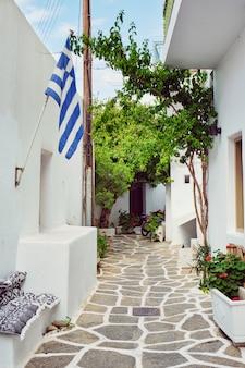 ギリシャ、パロス島の絵のようなナウサの町通り