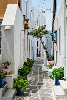 Живописная улица города науса на острове парос, греция