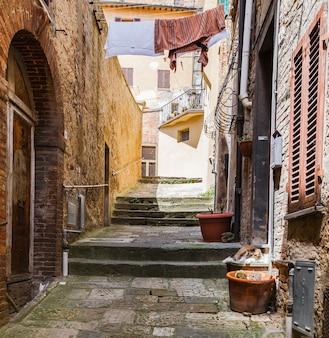 이탈리아 몬테풀치아노 투스카니(montepulciano tuscany)의 고대 중세 언덕 마을에 있는 그림 같은 좁은 거리