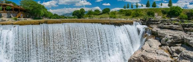 Живописный ниагарский водопад на реке киевне. черногория, недалеко от подгорицы.