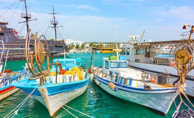 キプロスのアギアナパにある漁船と船のある絵のように美しい港